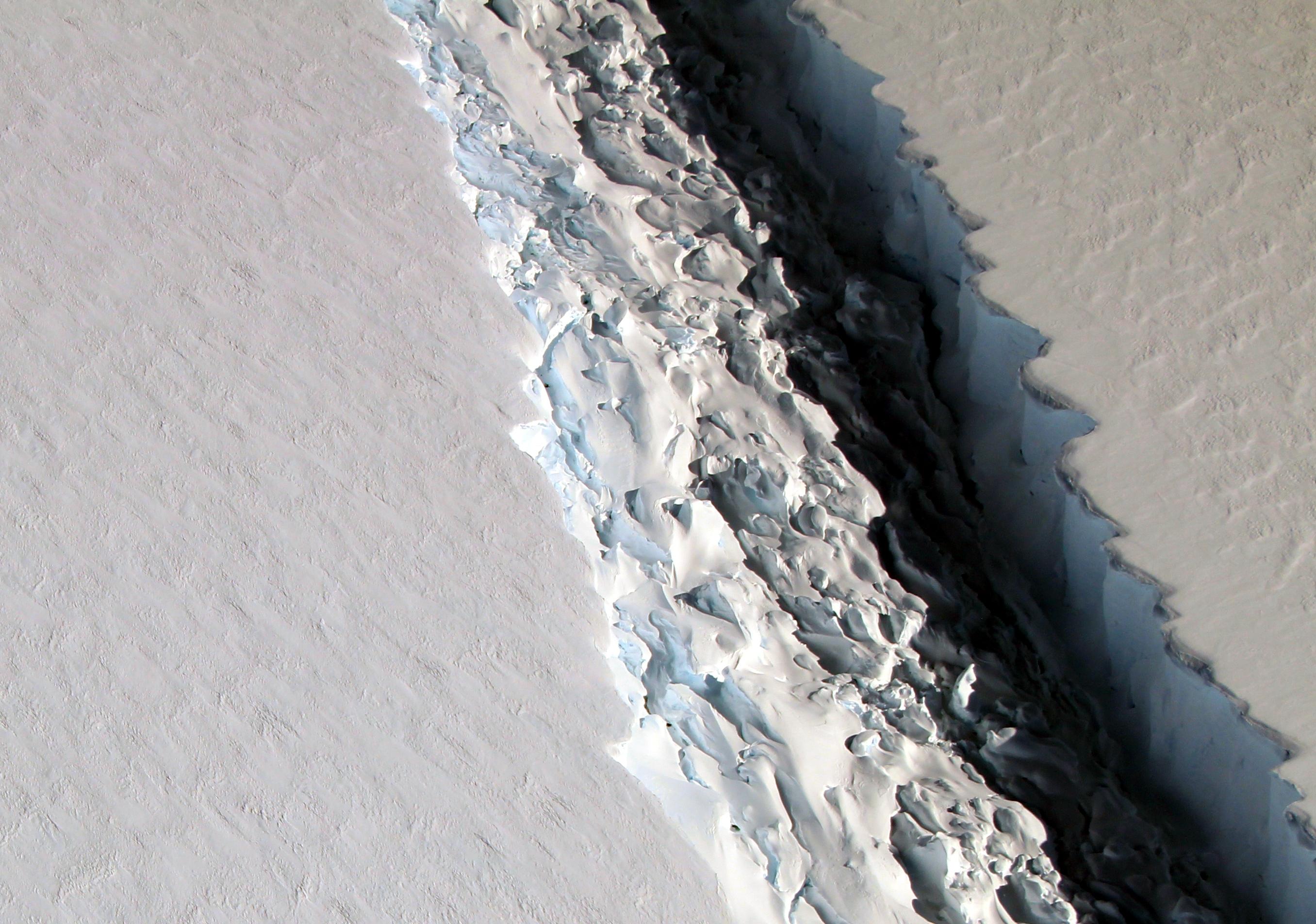 Spreading crack in Antarctic might create huge iceberg