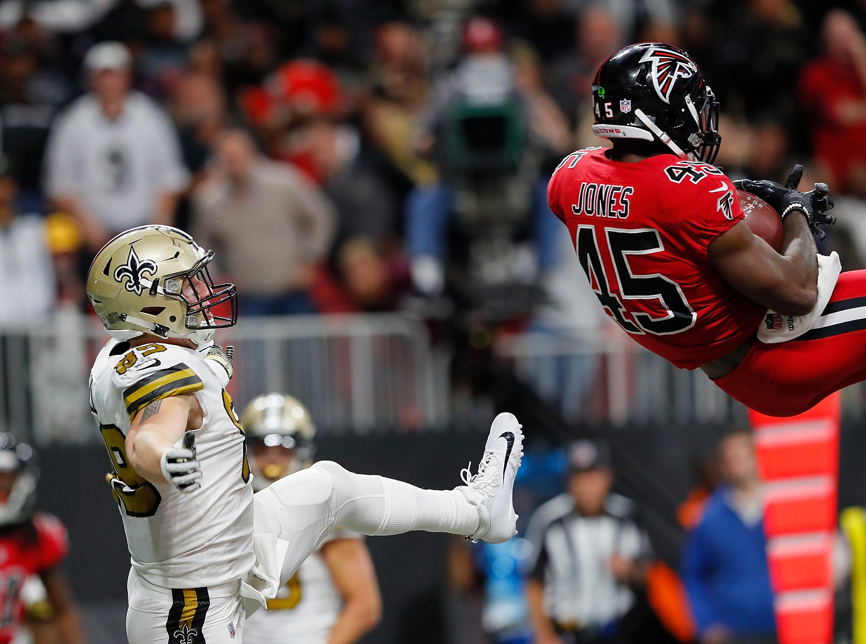 deion jones 39 unbelievable interception keeps falcons 39 playoff hopes alive. Black Bedroom Furniture Sets. Home Design Ideas