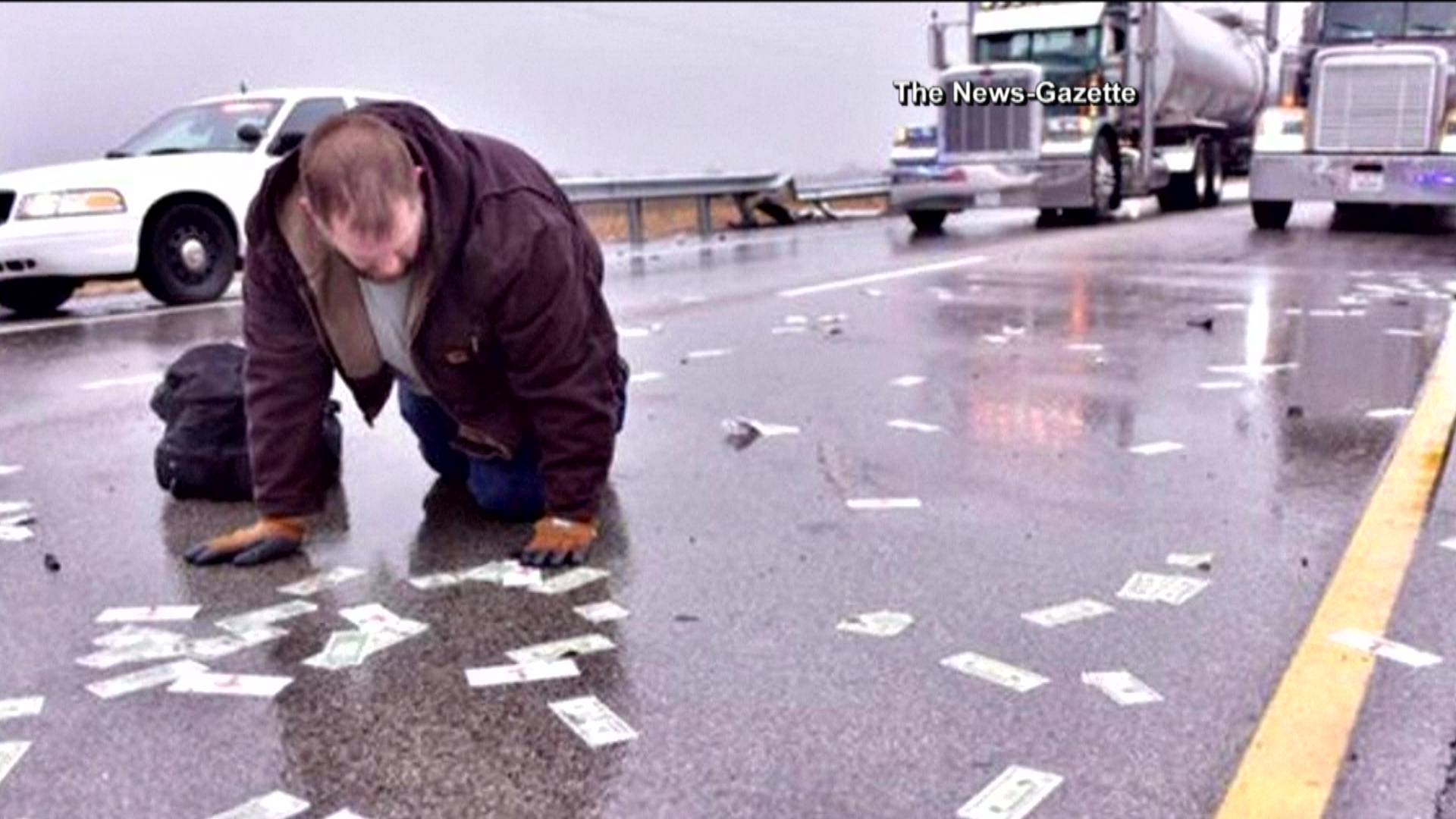 Crash covers IL highway in cash from gambling machines